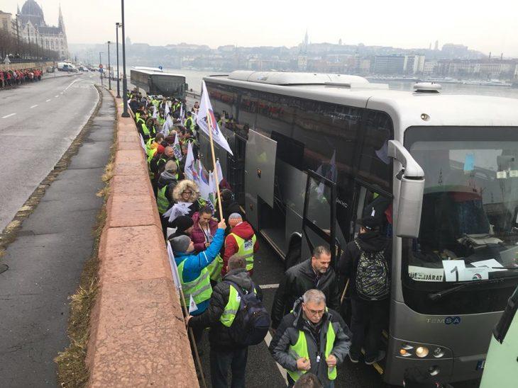 """Képtalálat a következőre: """"buszokkal jöttek március 15 -re"""""""