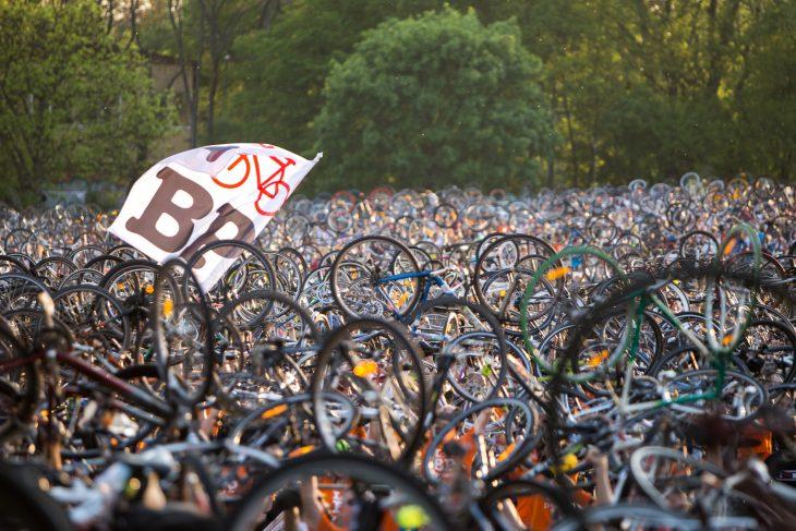 80bf717ba036 a demonstráció végén minden résztvevő a magasba emeli a biciklijét. fotó:  magyar kerékpárosklub
