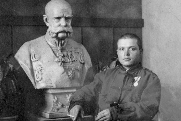 Ismeretlen katona Ferenc József mellszobránál, 1915 (Fortepan / Adományozó: Storymap.hu)